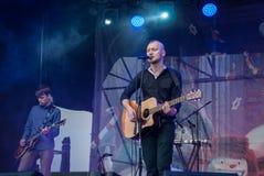 Musiciens de roche plaing sur le parc public Musique rock dans une grande ville Image libre de droits