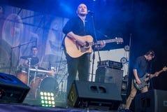 Musiciens de roche plaing sur le parc public Musique rock dans une grande ville Photo libre de droits