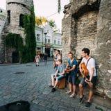 Musiciens de rue à la soirée près de la porte célèbre de Viru dans le vieux remorquage Photo libre de droits