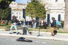 Musiciens de rue jouant la guitare électrique à Rome, Italie Image libre de droits