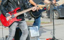 Musiciens de rue jouant sur des guitares Image stock