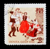 Musiciens et danseurs dans des costumes folkloriques traditionnels et historiques moldoves, du ` de costumes de gens de ` de séri photo stock