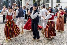 Musiciens folkloriques et danseurs exécutant sur l'Avenida Arriaga à Funchal sur l'île de la Madère, Portugal image libre de droits