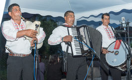 Musiciens gitans ruraux aux jeux de Nestinar dans le village de Bulgari, Bulgarie Photographie stock libre de droits