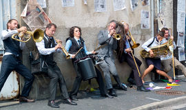 Musiciens jouant contre un mur. Photos stock