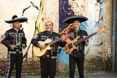 Musiciens mexicains dans le mariachi traditionnel de costumes images stock