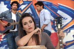 Musiciens par un mur étiqueté Image stock