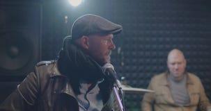 Musiciens préparant dans un studio poussiéreux banque de vidéos