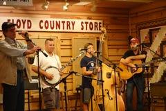 Musiciens sur l'étape à la boutique traditionnelle de Floyd Photos stock
