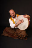 Musicion turco bold(realce) da percussão do tabla do cilindro fotografia de stock