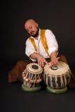 Musicion turco en negrilla de la percusión del tabla del tambor Foto de archivo libre de regalías