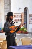 Musicista ambulante al ristorante a Sorrento, l'8 agosto 2013 Immagine Stock Libera da Diritti
