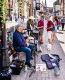Musicista ambulante comico a Dorchester Dorset immagini stock libere da diritti