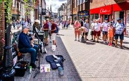 Musicista ambulante comico a Dorchester Dorset fotografia stock