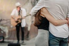 Musicista ambulante d'ascolto delle coppie immagini stock libere da diritti