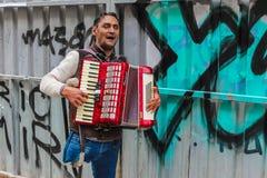 Musicista ambulante disabile che gioca fisarmonica Immagini Stock