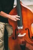 Musicista ambulante Performing Jazz Music Outdoors della via Chiuda su di Musica Immagini Stock Libere da Diritti