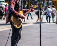 Musicista ambulante sul marciapiede fotografie stock libere da diritti