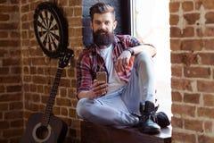 Musicista barbuto alla moda immagine stock