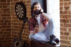 Musicista barbuto alla moda fotografie stock libere da diritti