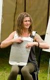 Musicista che gioca al festival del canale. Fotografia Stock