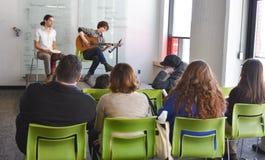 Musicista che gioca alla manifestazione di arte dello studente Fotografia Stock