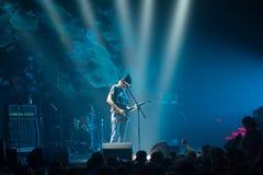 Musicista che gioca chitarra nel corridoio fotografia stock libera da diritti
