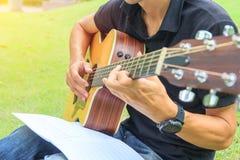 Musicista che gioca chitarra nel parco fotografia stock libera da diritti