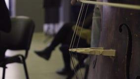 Musicista che gioca contrabbasso, musica classica video d archivio