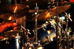Musicista che gioca i tamburi. Immagini Stock
