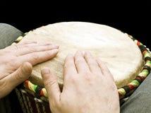 Musicista che gioca i tamburi Fotografie Stock