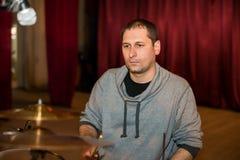 Musicista che gioca i tamburi in scena Fotografia Stock Libera da Diritti