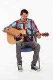 Musicista che gioca la sua chitarra Fotografie Stock Libere da Diritti