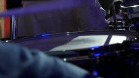 Musicista che gioca in scena il movimento lento del primo piano stock footage