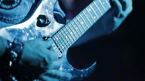 Musicista che gioca sei chitarre elettriche della corda stock footage