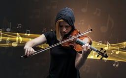 Musicista che gioca sul violino con le note intorno immagine stock libera da diritti