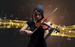 Musicista che gioca sul violino con le note intorno immagini stock libere da diritti