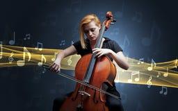 Musicista che gioca sul violoncello con le note intorno immagine stock libera da diritti