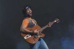 Musicista che gioca una chitarra Immagini Stock Libere da Diritti
