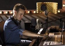 Musicista che lavora e che produce musica nel suo studio sano moderno Immagini Stock