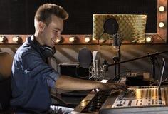 Musicista che lavora e che produce musica nel suo studio sano moderno Fotografie Stock