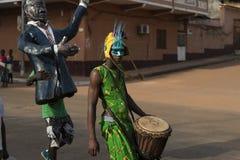 Musicista che porta un costume durante le celebrazioni di carnevale alla vicinanza di Bandim nella città di Bisssau fotografia stock libera da diritti