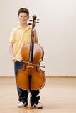 Musicista che si leva in piedi con il violoncello Fotografia Stock Libera da Diritti