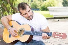 Musicista con la chitarra classica. Fotografia Stock Libera da Diritti