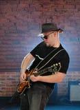 Musicista con una chitarra Immagini Stock Libere da Diritti
