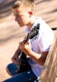 Musicista con una chitarra Fotografia Stock