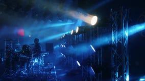 Musicista del batterista che si siede dietro l'insieme del tamburo su una fase di concerto in club o nella barra circondata da fu stock footage