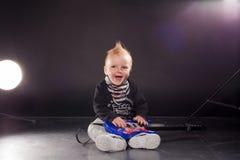 Musicista del ragazzino che gioca musica rock sulla chitarra Fotografia Stock Libera da Diritti