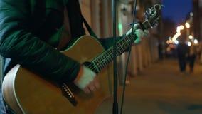 Musicista della mano che gioca chitarra stock footage