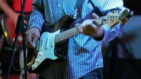 Musicista della roccia che gioca chitarra elettrica sul concerto stock footage